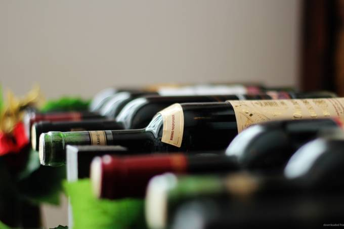 foto wine-bottles-laying-in-row