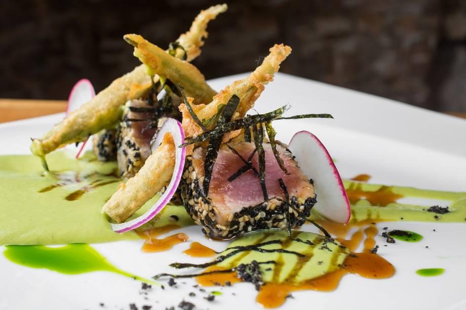 Atum nikkei, com purê de ervilha e wasabi e molho agridoce de rapadura
