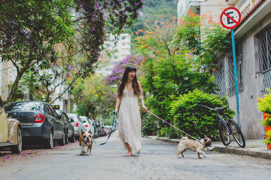 A estilista Bárbara Oliveira, da Pyramid, com seus cachorros