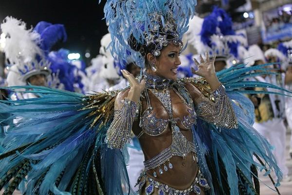 Depois de passar pelo Salgueiro e pela Mangueira, a dançarina emprestou sua ginga à bateria da Vila Isabel em 2010, quando reinou no posto antes ocupado pela miss Natália Guimarães. A fantasia custou cerca de 60 000. No desfile das campeãs, em um moviment<br>