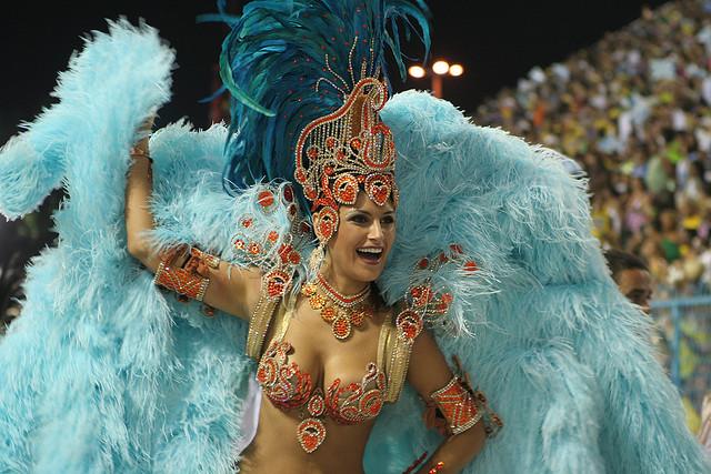 A Miss Brasil 2007 sabe como poucas deslizar numa passarela, mas no quesito passarela do samba teve muito o que aprender. Em 2008, a mineira teve aulas de samba e bambolê para soltar o quadril e arrasar no gingado. Mas levou um susto ao saber que o desenh<br>