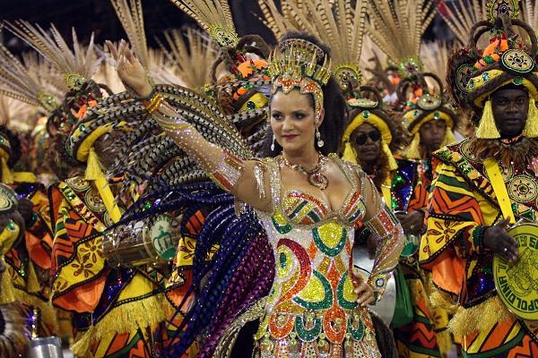 Não dá para imaginar um Carnaval sem ela. Desde 1981, primeira vez em que a musa pisou na avenida, pela Beija-Flor, não parou mais de sambar. A ex-modelo que ficou conhecida como pé-frio na Portela foi campeã na Imperatriz em 1995, logo depois que deixou<br>