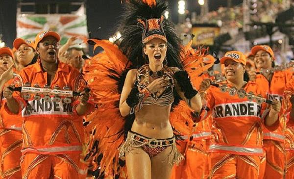 Em 2009, a atriz puxou a bateria com a fantasia Aquarela de Debret, que custou cerca de 120 000 reais e precisou ser inclusive devolvida à escola para reaproveitamento no Carnaval seguinte. O adereço fazia alusão à beleza da arte francesa, como as pintura<br>