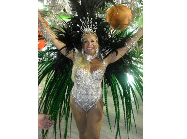 Frequentadora assídua dos desfiles da Grande Rio, a atriz já tinha sambado na comissão de frente e em várias alas da escola até se tornar rainha de bateria aos 62 anos, posto que ocupou em 2005 e em 2006. Nos dois anos, foi ovacionada pelos foliões, prova<br>