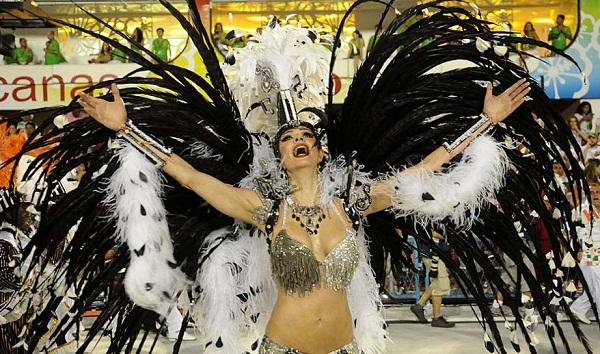 A apresentadora Luciana Gimenez ocupou a vaga de rainha de bateria da Grande Rio em 2002 e 2003. Depois disso, a estrela da Rede TV! carimbou a sua passagem pela batucada verde e branco da Imperatriz Leopoldinense. Em 2012, a morena desfilou novamente pel<br>