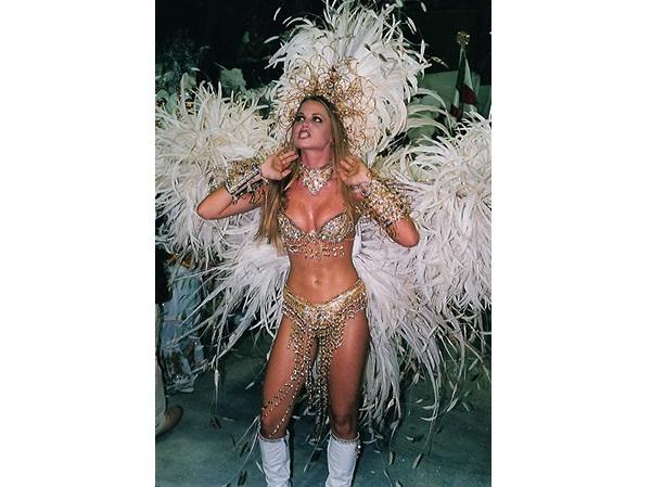 Antes de se casar com o goleiro Júlio César e ir morar na Europa, Susana Werner foi rainha de bateria da escola em 2000. Na ocasião, a atriz e modelo ameaçou não entrar na avenida por conta do biquíni fio dental de sua fantasia.<br>