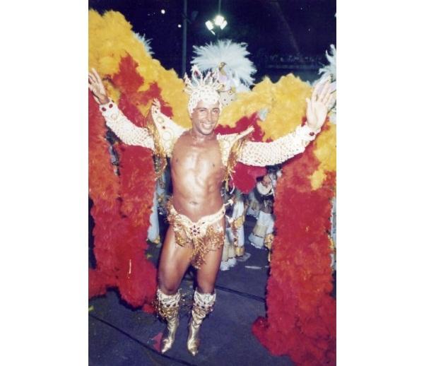 Bailarino, modelo, maquiador e produtor, José Reinaldo Farias foi o primeiro homem coroado rei de bateria. Depois de ter feito espetáculos por diversos lugares do mundo como Suíça, França, Itália e Estados Unidos, Zé Reinaldo veio à frente da bateria da G<br>