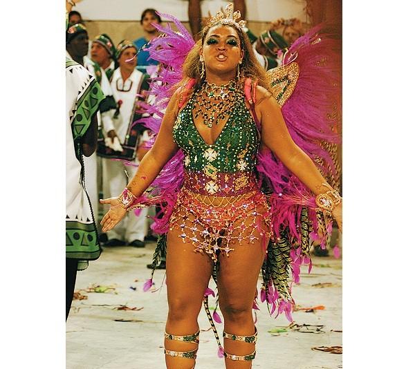 Pondo um fim ao clichê de rainhas de bateria que encantam o mundo com seus corpos sarados, a agremiação escolheu a cantora rechonchuda Preta Gil para ocupar o posto no Carnaval 2007. Sua fantasia foi confeccionada pelo estilista Amir Slama com 30 000 cris<br>
