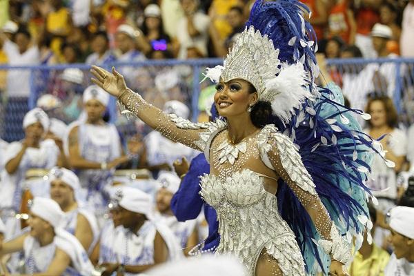 Em 2011, quando a escola perdeu parte do barracão num incêndio na Cidade do Samba, a atriz já coroada rainha de bateria e eleita a musa do verão em votação promovida por VEJA Rio participou da reconstituição das fantasias, passando parte do dia no galpão<br>