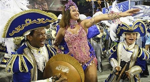 A rainha começou desfilando pela Portela aos 16 anos, como passista. Aos 44, em 2009, voltou a saudar o público na Sapucaí após um intervalo de três anos ausente. Famosa por desfilar com os seios à mostra na sua estreia como soberana na Caprichosos de Pil<br>