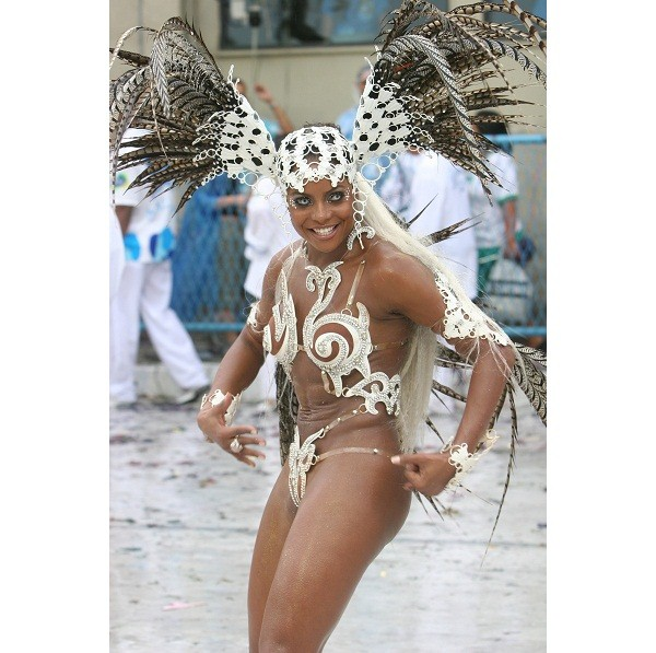 Rainha de bateria de 2006 a 2008, Bombom estrelou na escola com lentes de contato azuis, evidenciando a mistura racial do país cantada no enredo daquele ano. Em 2007, quase matou do coração alguns integrantes da diretoria. Devido a problemas com a colocaç<br>