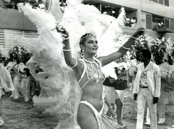 Não dá para imaginar um Carnaval sem ela. Desde 1981, primeira vez em que a musa pisou na avenida, pela Beija-Flor, não parou mais de sambar. Permaneceu por dez anos à frente da bateria da Portela, de 1984 a 1994, onde ficou conhecida como pé-frio. Mas fo<br>
