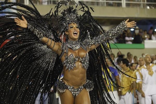 Após despontar como rainha de bateria no Salgueiro, a mulher do cantor Belo foi coroada em 2012 pela Unidos da Tijuca, ano em que a escola foi campeã. Detalhe: no mesmo ano, a escola de cores vermelho e branca, que teve Viviane Araújo (ex de Belo) no coma<br>