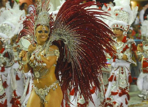 No desfile de 2009, completando um ano há frente da bateria, a rainha se integrou totalmente aos ritmistas e atravessou a pista tocando tamborim, para delírio da plateia. No mesmo ano, estampou as páginas da revista Sexy e lançou um DVD em que aparece, en<br>