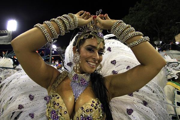 A atriz que já participou do programa Zorra Total comandou a bateria da escola no Carnaval 2012, com enredo em homenagem às belezas da cidade de Corumbá (MS). Ela recebeu o apelido de Caçulinha da Baixada por Reginaldo Gomes, presidente da escola, que se<br>
