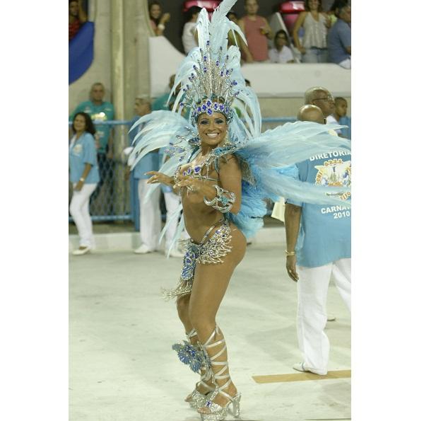 Conhecida como a Loira da Laje do Zorra Total e, mais tarde, pela participação na série O Brado Retumbante, da TV Globo, Fernanda Abraão desfilou totalmente pelada, sem calcinha ou tapa-sexo, no Carnaval 2010. A ousadia foi flagrada apenas pelos olhares e<br>