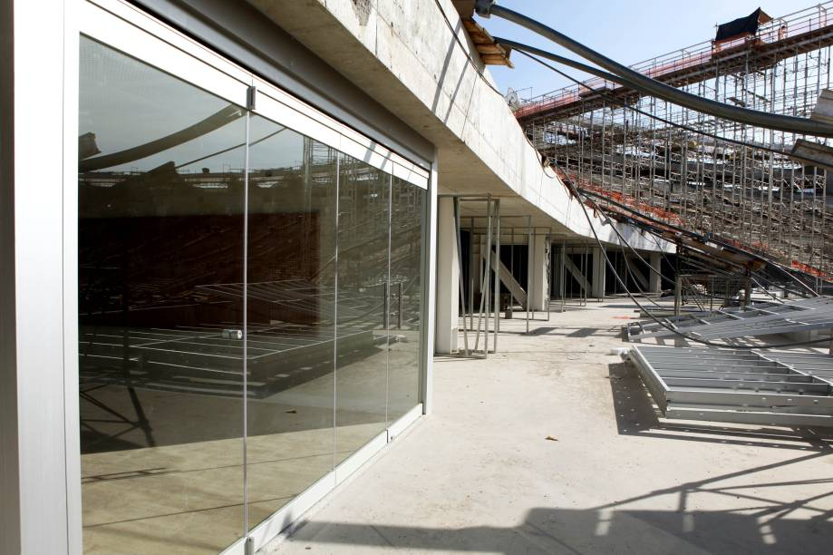 As áreas interna e externa são separadas por uma porta de vidro.<br>