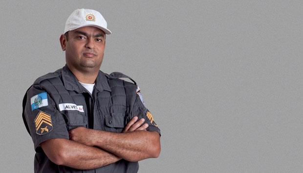 Com coragem e perícia para eliminar o maníaco que acabara de assassinar doze crianças numa escola, o policial Marcio Alves evitou que o massacre de Realengo se tornasse uma tragédia ainda maior.<br>