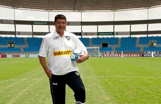 À frente do desacreditado Botafogo, o técnico Joel Santana conquistou seu oitavo título estadual e entrou na luta por uma vaga na Libertadores. Bonachão, piadista, ele já treinou todos os times do Rio, sempre com sucesso.<br>