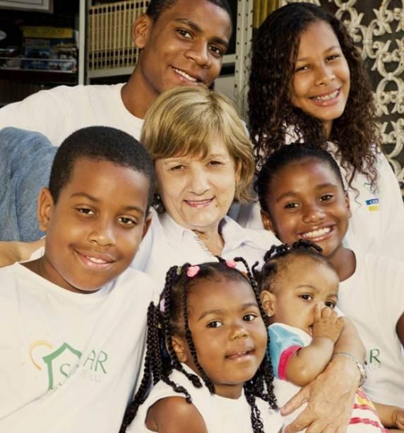 Com a pacificação de morros em Copacabana, a ONG Solar Meninos de Luz, projeto da educadora Iolanda Maltaroli, recebeu novos doadores e ganhou visibilidade. A instituição propicia educação em período integral até o fim do ensino médio para 400 alunos, alé<br>