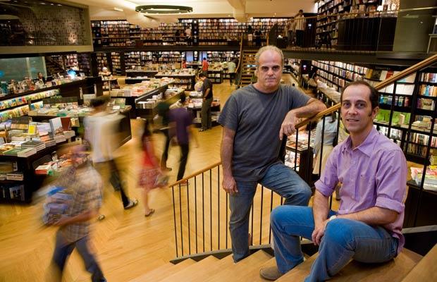 A dupla Rui Campos e Roberto Guedes criou uma rede de livrarias que se tornaram ponto de encontro dos amantes da boa leitura no Rio. Dezesseis anos depois, com a abertura da sexta filial da Livraria da Travessa, frequentá-las se transformou em um programa<br>