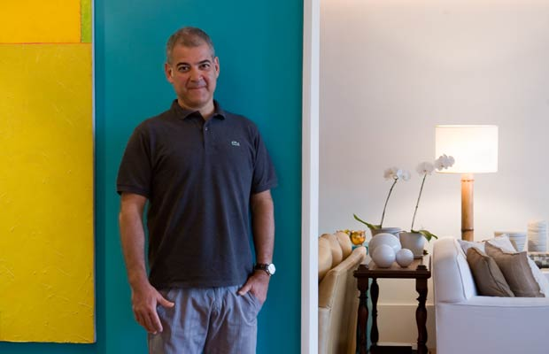 Do Rio a Paris, passando por São Paulo e Trancoso, Maurício Nóbrega cria ambientes aconchegantes, com a alma, o estilo e a cara da cidade onde nasceu. Em 2008, o apartamento decorado por ele na Casa Cor, de 80 metros quadrados, considerado o mais bonito<br>