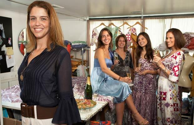 Criadora de vestidos charmosos e exclusivos, a estilista Daniella Martins ampliou seus negócios de uma sala comercial no Leblon para Europa e Oriente Médio. O ano de 2008 marcou o início da comercialização das peças para sete países: França, Inglaterra, A<br>