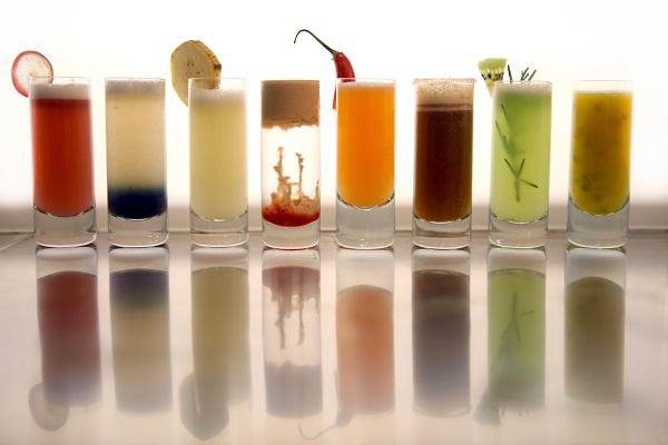 O bar oferece shots frutados individualmente (R$ 18,00) ou em uma charmosa caixinha de acrílico com quatro (R$ 56,00) ou oito drinques (R$ 108,00). Da esquerda para a direita: grape martini (vodca, vinho, uvas maceradas e sour mix); dark pineapple (vodca,<br>
