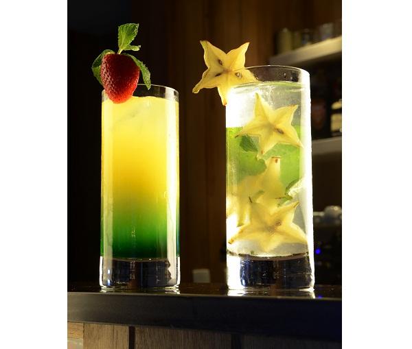 Destaques na carta de drinques criada pelo bartender Roni Soares, o primeiro leva suco de laranja, abacaxi, vodca e monin de maçã verde (R$ 23,00), enquanto o segundo, também seguindo a linha refrescante, é preparado com rum, hortelã, carambola, limão e á<br>