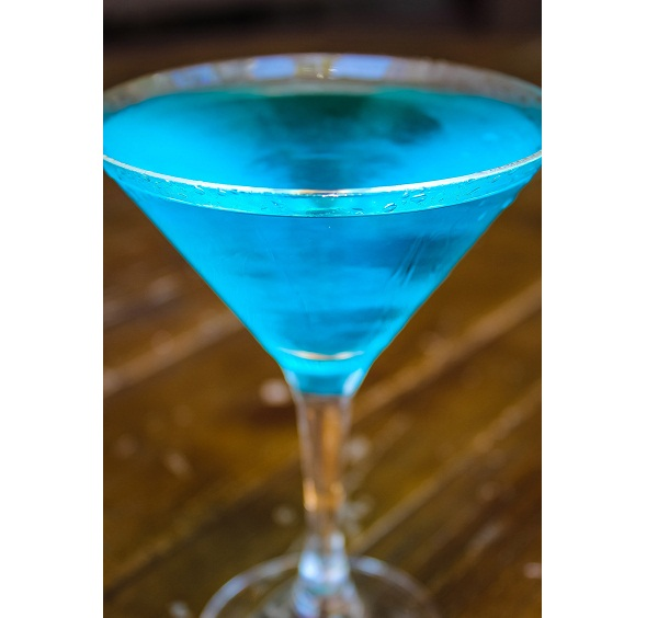 Novidade neste verão, a bebida servida na taça de martini leva vodca, curaçau e melão (R$ 20,00). Antiquarius Grill. Avenida das Américas, 4666, loja 160, nível Lagoa, Barra Shopping, Barra, tel. 3410-9900.<br>