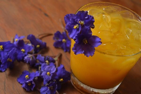 O drinque de autoria do mixólogo Gustavo Stemler é feito com licor de violeta, suco natural de manga, rum branco sabor coco, sour mix (mistura de limão e laranja) e rum carta prata. Para decorar e aromatizar, violetas comestíveis (R$ 22,00). Belmonte. Rua<br>