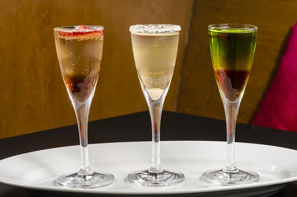 O drinque chega à mesa em dose tripla, nas versões vodca de tangerina, de morango e de menta (R$ 16,90). Gonzalo. Avenida Bartolomeu Mitre, 450, loja C, Leblon, tel. 3796-3342.<br>