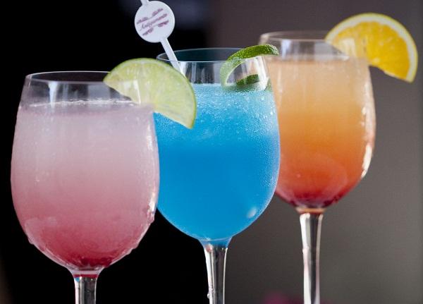O trio de coquetéis autorais com ingredientes inusitados é lançamento da casa para o verão (R$ 15,00 cada). O primeiro, em tons degradé de rosa, é feito com limoncello, vodca, limão e grenadine, enquanto o segundo é preparado com tequila, curaçau e limão,<br>