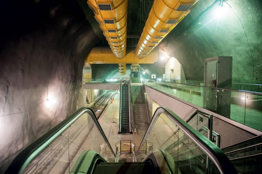 3) Estação de Metrô Parte da expansão da Linha 4 do Metrô, que ligará Ipanema à Barra, a estação já está com 83% da obra concluída e deve atender 61000 pessoas por dia. Haverá três acessos de passageiros: nas Avenidas Niemeyer e Aquarela do rasil e na Estrada da Gávea. › Julho de 2016