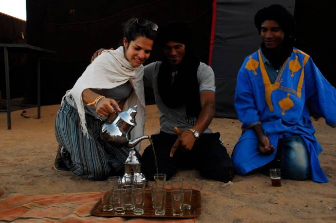 marrocos-deserto-saara-dani-servindo-cha-com-os-berberes.jpeg