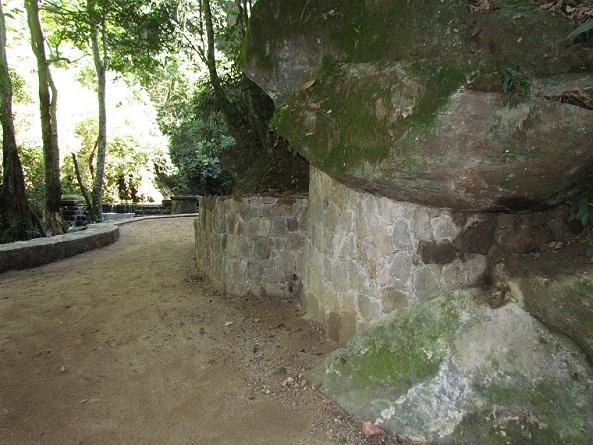 Novo muro de contenção dá estabilidade às rochas<br>