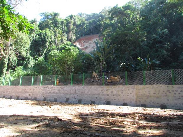 Um muro com 56 metros de comprimento protege a área de novos desabamentos<br>