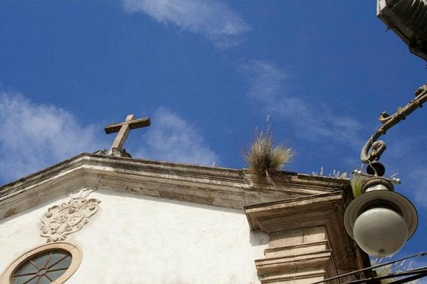 Fechada há quatro anos, exibe hoje hoje sinais avançados de deterioração, como mato nos telhados<br>