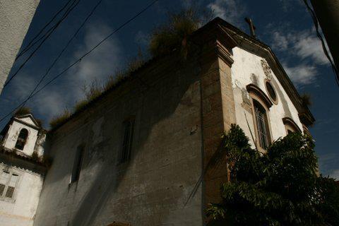 No telhado, fica evidente a falta de conservação da igreja, que pertence à Ordem Terceira de São Francisco<br>
