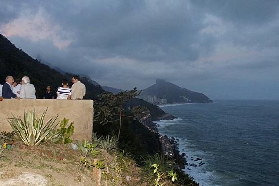 Suspenso sobre o Elevado do Joá, oferece visão do bairro de São Conrado<br>