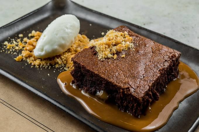 verso_brownie-de-chocolate-organico-praline-de-castanha-do-para-e-calda-de-doce-de-leite-sorvete-de-baunilha-bourbon_cred-tomas-rangel.jpeg