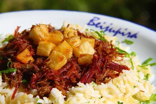 Charque desfiada crocante, arroz com angu, cubos de batata doce no mel de engenho.<br>