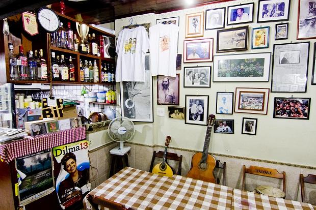 Aberto desde 1968, o bar Bip Bip, em Copacabana, é conhecido como um reduto do samba.