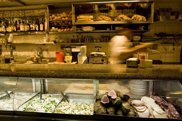 Desde 1955, o bar Cervantes é famoso por seus sanduíches com carnes e abacaxi.