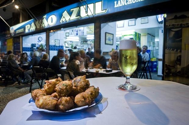 Aberto desde 1957, o bar Pavão Azul, em Copacabana, é famoso por seus bolinhos pataniscas.