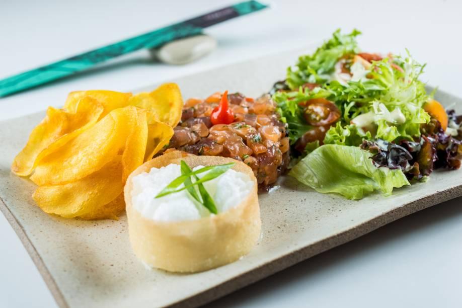 Duo tartare (R$ 28,00): atum, salmão, chips de baroa, folhas e delicada espuma de wasabi