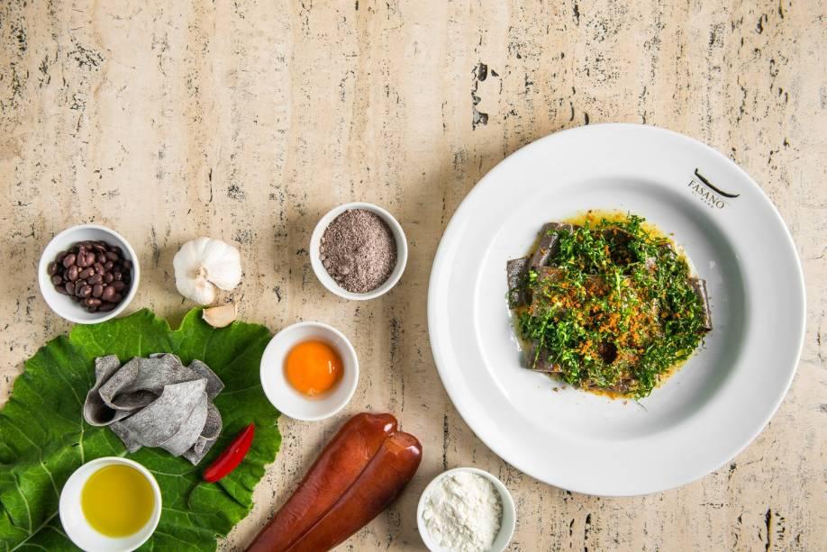 Homenagem à feijoada: pappardelle de feijão coberto de botarga e couve frita (R$ 82,00)
