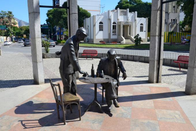 estatua-de-bronze-noel-rosa-vila-isabel-rio-de-janeiro-foto-alexandre-macieira-riotur201408060001.jpeg