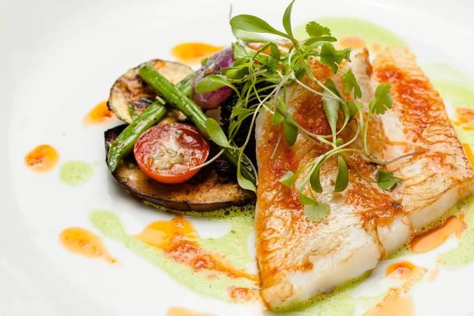 peixe-do-dia-com-saute-de-legumes-e-palmito-ao-molho-de-manjericao-2.jpeg