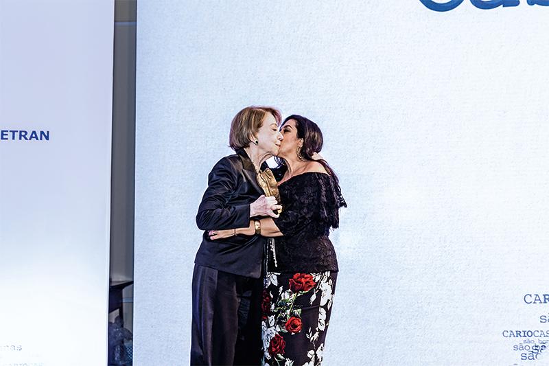 Regina Casé recebe trofeu das mãos de Fernanda Montenegro